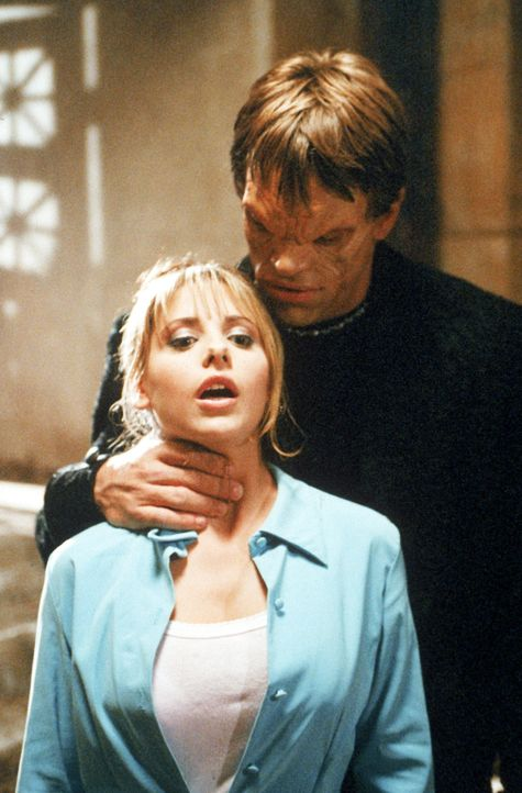 Der Diener des Vampir-Meisters, Luke (Brian Thompson, l.), hat Buffy (Sarah Michelle Gellar, r.) in seiner Gewalt ... - Bildquelle: (1997) Twentieth Century Fox Film Corporation.