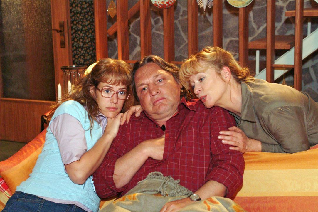 Lisa (Alexandra Neldel, l.) und Helga (Ulrike Mai, r.) umsorgen Bernd (Volker Herold, M.), der lediglich einen harmlosen Schwächeanfall hatte. (Dies... - Bildquelle: Monika Schürle Sat.1