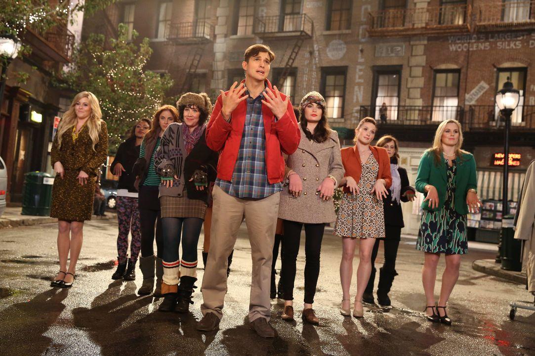 In seiner Fantasie durchlebt  Walden (Ashton Kutcher, vorne) seine Zeit mit Kate als Darsteller in einem Musical .... - Bildquelle: Warner Bros. Television