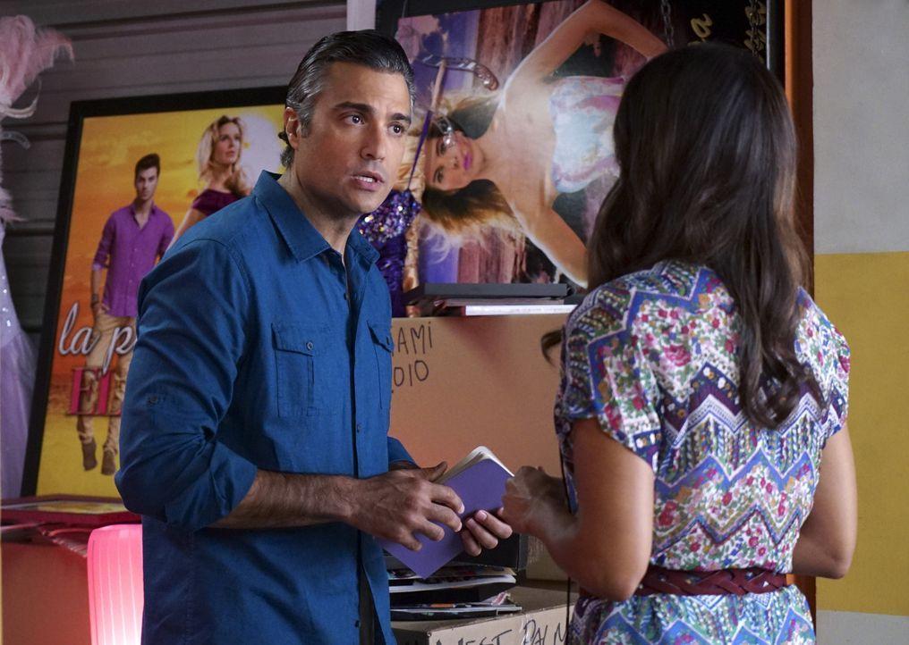 Xo (Andrea Navedo, r.) hilft Rogelio (Jaime Camil, l.) sich seiner Vergangenheit zu stellen, während Jane sich früher von Mateo trennen muss als gep... - Bildquelle: Danny Feld 2015 The CW Network, LLC. All rights reserved.