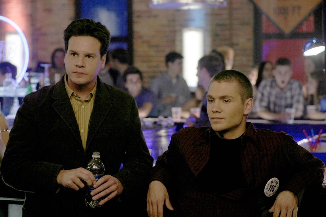 Lucas (Chad Michael Murray, l.) zieht bei Dan ein, um Keith (Craig Sheffer, l.) vor ihm zu schützen ... - Bildquelle: Warner Bros. Pictures
