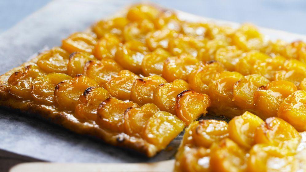 Enie backt: Mirabellen-Blechkuchen mit Blätterteig - Bildquelle: Photocuisine