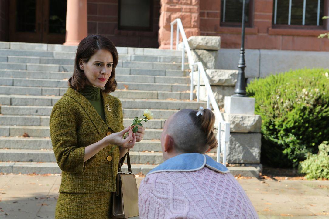 Jahr 1964: Pepper (Naomi Grossman, r.) schenk der Journalistin Lana Winters (Sarah Paulson, l.) eine Rose .Jahr 1964: .. - Bildquelle: 2012-2013 Twentieth Century Fox Film Corporation. All rights reserved.