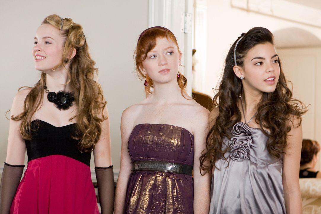 Eines Tages erhalten die Schülerinnen (v.l.n.r.: Bridgit Mendler, Sophie Anna Everhard, Samantha Boscarino) der Octavian Country Day school eine ne... - Bildquelle: 2008 Warner Bros.