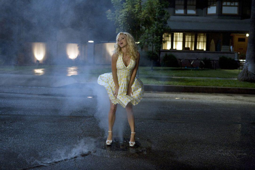 Der gute alte Marilyn Monroe-Trick: Doch bei Shelley (Anna Faris) zeigt dies nicht die gewünschte Reaktion ... - Bildquelle: 2007 Columbia Pictures Industries, Inc.  All Rights Reserved.