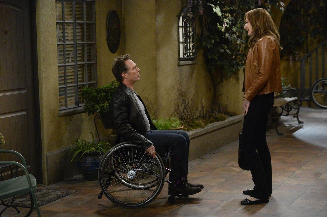 Adam (William Fichtner, l.) gefällt es nicht, dass Bonnie (Allison Janney, r.) ständig die Treffen der Anonymen Alkoholiker besucht und ist sehr ver... - Bildquelle: 2015 Warner Bros. Entertainment, Inc.