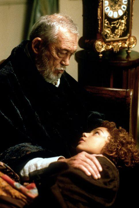Meister Hora (John Huston, l.), der Verwalter aller menschlichen Zeit, hat Momo (Radost Bokel, r.) dazu auserwählt, die Agenten der Zeit-Sparkasse... - Bildquelle: Tobis Filmkunst