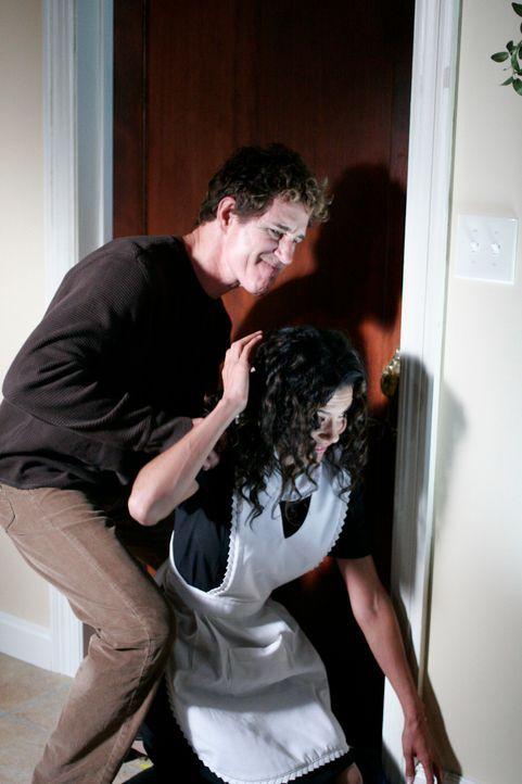 Im Traum sieht Allison David Morrow (John Shea, l.), der das Dienstmädchen Inez (Susan Santiago, r.) umbringt … - Bildquelle: Paramount Network Television