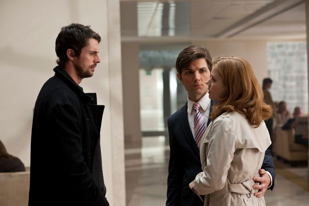 Declan (Matthew Goode, l.) hat seinen Auftrag erfüllt, er hat Anna (Amy Adams, r.) und ihren Freund Jeremy (Adam Scott, M.) wieder zusammen gebracht... - Bildquelle: 2010 Universal Studios
