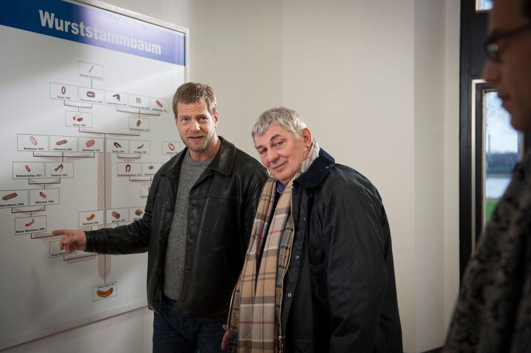 Schon bald führen die Ermittlungen zu dem Arbeitgeber des Toten, dem alteingesessenen Wursthersteller Kurt Heinziger (Heinz Hoenig, r.), Micks (Henn... - Bildquelle: Martin Rottenkolber SAT.1