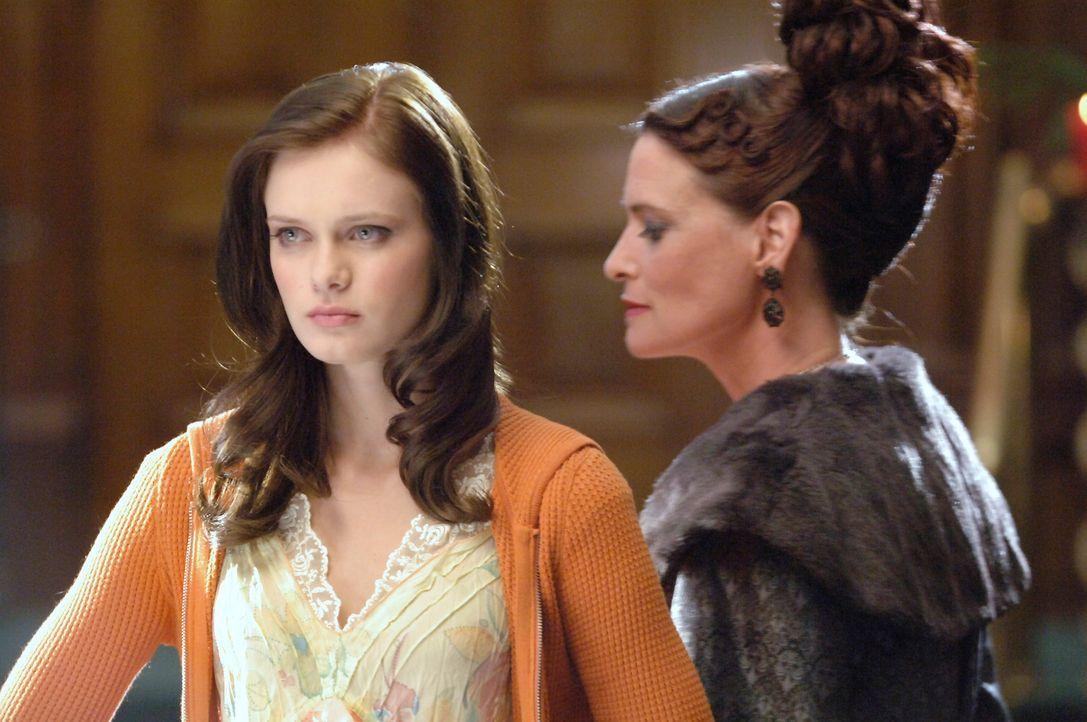 Dr. Goodwyn (Leslie Wing, r.) verbietet Marnie (Sara Paxton, l.) das Hexen. Doch dann gerät Halloweentown in große Gefahr ... - Bildquelle: Disney - ABC - ESPN Television