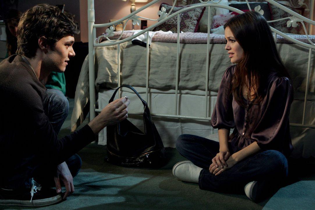 Noch bevor Summer (Rachel Bilson, r.) und Seth (Adam Brody, l.) das Ergebnis des Schwangerschaftstest ansehen, hat Seth noch eine wichtige Frage an... - Bildquelle: Warner Bros. Television
