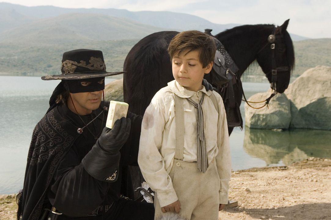 Don Alejandro (Antonio Banderas, l.) will sein Cape partout nicht an den Nagel hängen, während seine Gattin ein ruhiges Leben mit ihm und dem aufg... - Bildquelle: Sony Pictures Television International. All Rights Reserved.