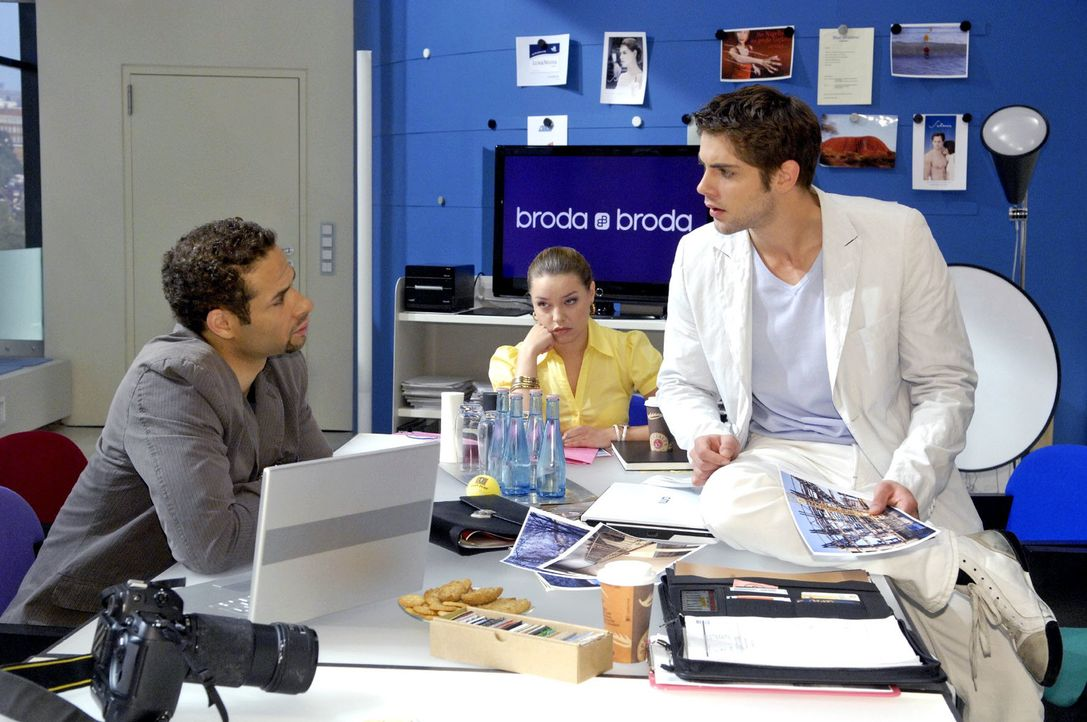 Jonas (Roy Peter Link, r.) erfährt von Jannick (Mike Adler, l.), dass Anna bereits einen neuen Job hat. - Bildquelle: Claudius Pflug Sat.1