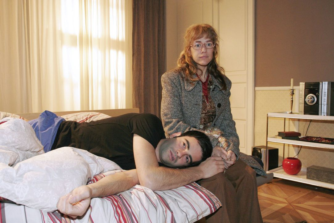 Lisa (Alexandra Neldel, r.) findet den unter der Trennung von Mariella leidenden David (Mathis Künzler, l.) in desolater Verfassung vor. (Dieses Fot... - Bildquelle: Noreen Flynn Sat.1