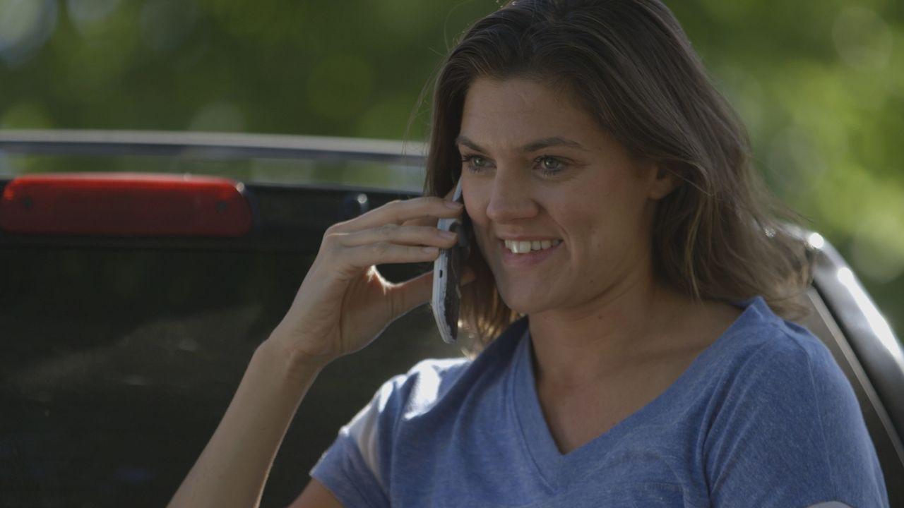 Hat noch gut lachen: Stephanie Bennett ahnt nicht, dass sie die ganze Zeit beaobachtet wird. Wenig später wird sie tot aufgefunden. Der Verdacht fäl... - Bildquelle: MMXVI LMNO Cable Group, Inc.