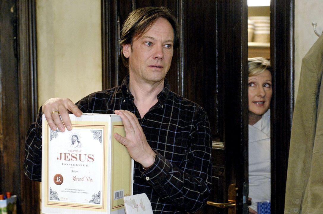 Susanne (Heike Jonca, r.) ahnt nicht, dass Armin (Rainer Will, l.) heimlich die Weinflaschen präpariert. - Bildquelle: Oliver Ziebe Sat.1