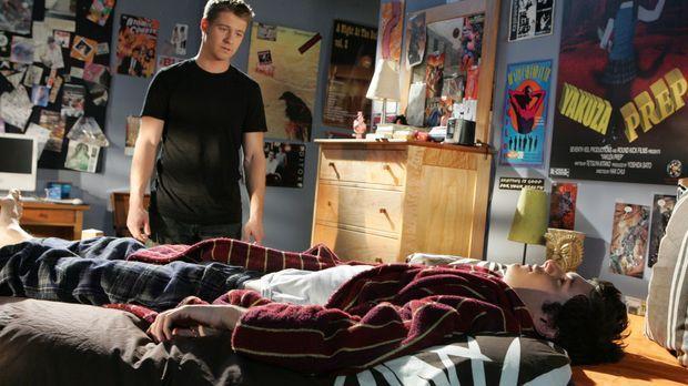 Seth (Adam Brody, r.) und Summer, frisch verlobt, planen weiterhin ihre Zukun...