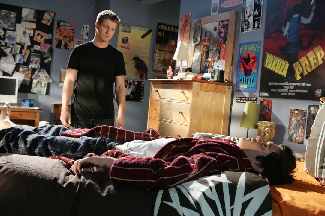 Seth (Adam Brody, r.) und Summer, frisch verlobt, planen weiterhin ihre Zukunft, und das ohne Rücksichtnahme auf ihre wahren Gefühle. Ryan (Benjam... - Bildquelle: Warner Bros. Television