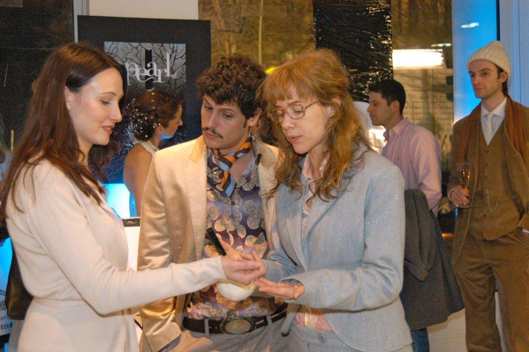 Rokko (Manuel Cortez, M.) und Lisa (Alexandra Neldel, r.) bei der Parfumpräsentation. (Dieses Foto von Alexandra Neldel darf nur in Zusammenhang mit... - Bildquelle: Monika Schürle Sat.1