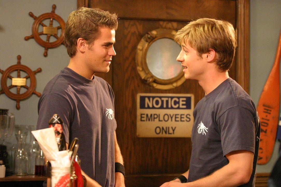 Ryan (Benjamin McKenzie, r.) nimmt einen Job in einem Nobelimbiss an und lernt dort einen gewissen Donnie (Paul Wasilewski, l.) kennen, der wie er s... - Bildquelle: Warner Bros. Television