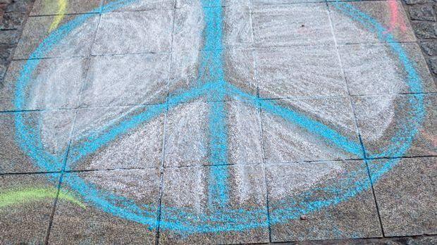 Friedenszeichen: Das Peace-Symbol mit Kreide gemalt