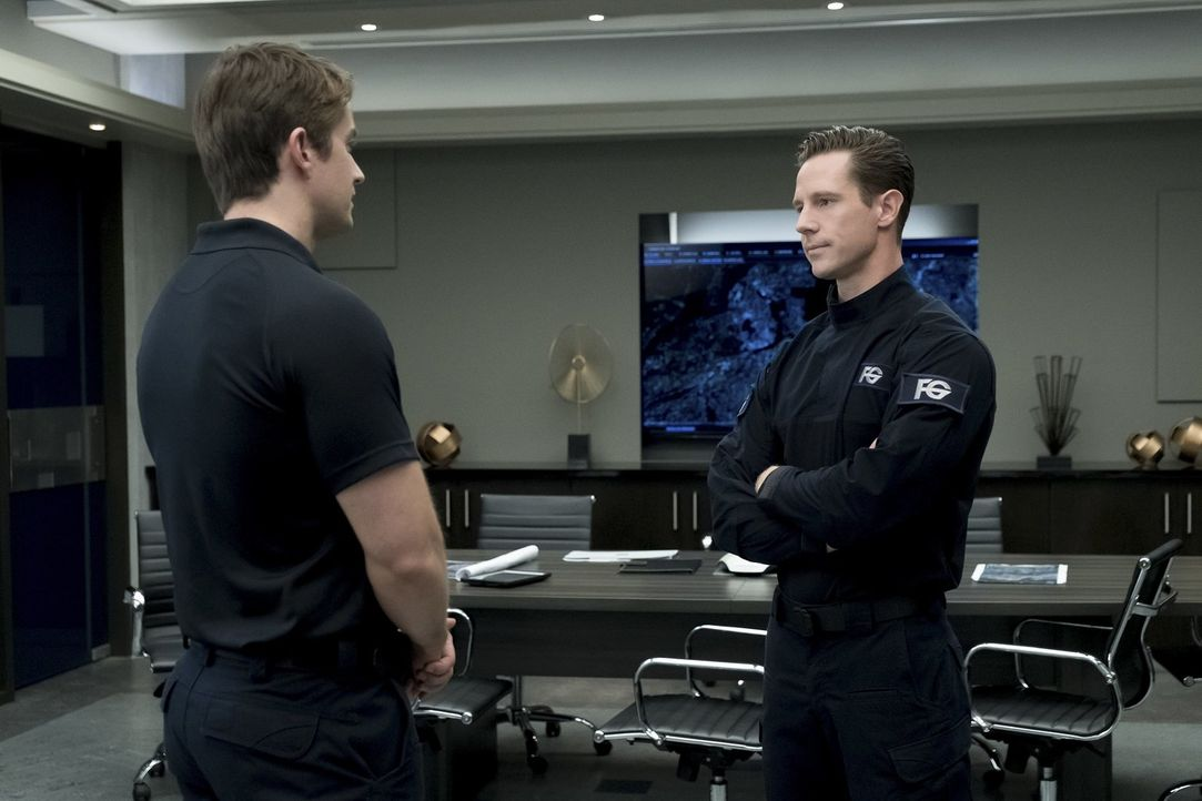 Major (Robert Buckley, l.); Chase Graves (Jason Dohring, r.) - Bildquelle: Warner Bros.