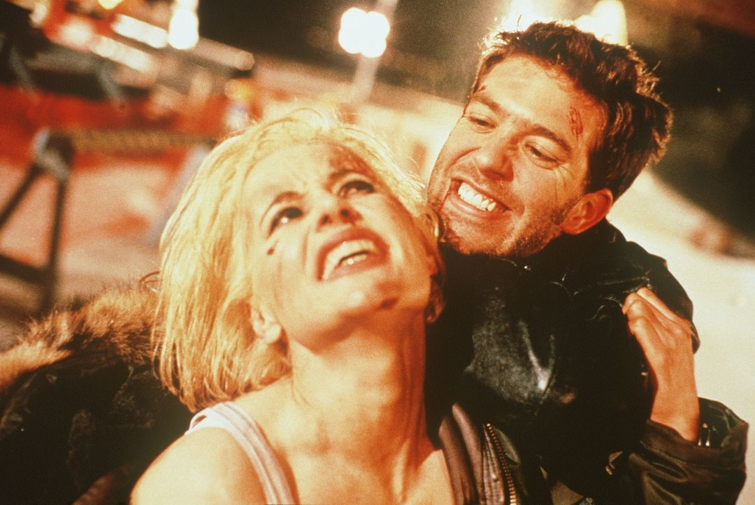 Nach einem schweren Autounfall beginnt sich bei Charly (Geena Davis, l.) der Nebel des Vergessens langsam zu lüften, und sie erinnert sich langsam a... - Bildquelle: New Line Cinema