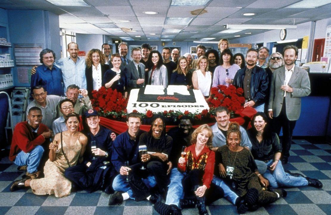 """Die Crew von """"ER"""" feiert die 100. Episode der Krankenhausserie. - Bildquelle: TM+  2000 WARNER BROS."""