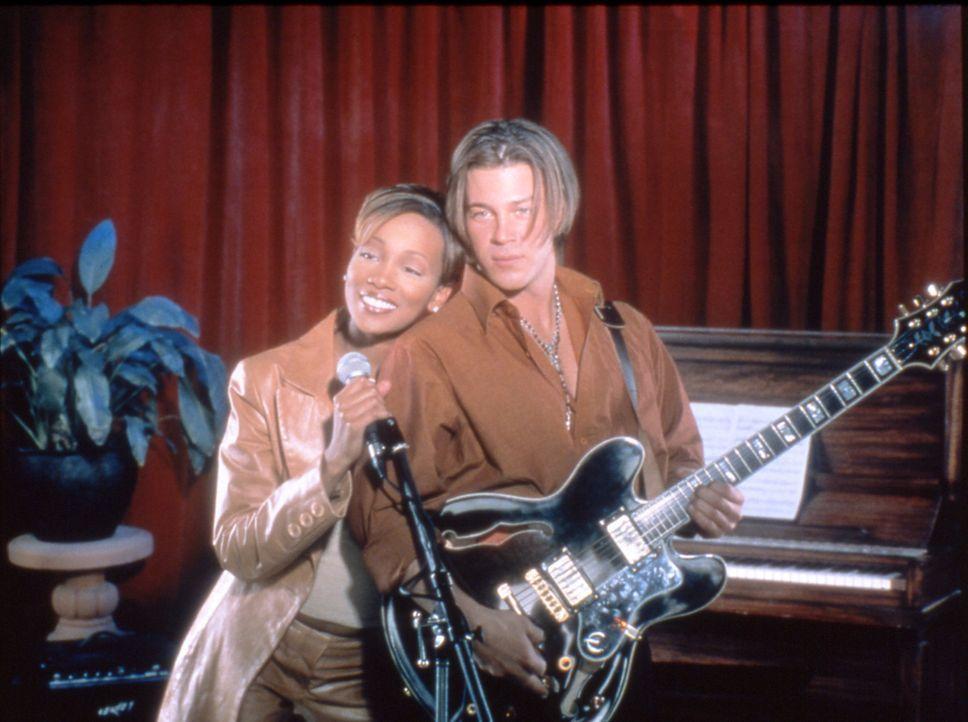 Als Camille (Monica Arnold, l.) den Gitarristen Billy (Christian Kane, r.) kennen lernt, fängt sie an, ihr bisheriges Leben infrage zu stellen ... - Bildquelle: TM &   2003 Paramount Pictures Corporation
