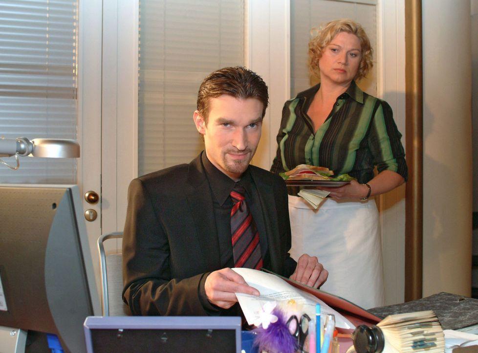 Richard (Karim Köster, l.) wird von Agnes (Susanne Szell, r.) beobachtet, wie er in Lisas Abwesenheit ihren Schreibtisch durchsucht. Sie ahnt, dass... - Bildquelle: Sat.1