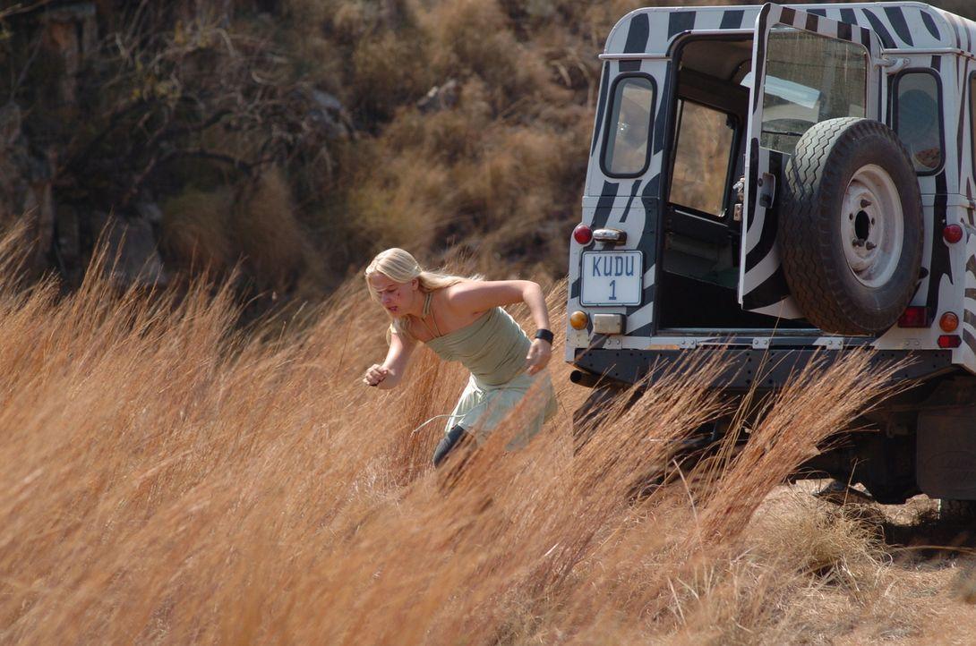 Gegen den ausdrücklichen Willen ihrer Stiefmutter verlässt die renitente Jessica (Carly Schroeder) den schützenden Jeep, als sie Motorenlärm vernimm...