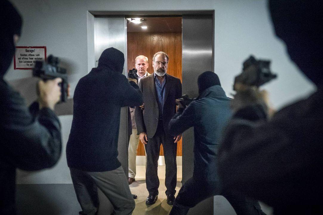 Saul (Mandy Patinkin, M.) soll nach Langley überführt werden, doch dann wird er entführt ... - Bildquelle: 2015 Showtime Networks, Inc., a CBS Company. All rights reserved.