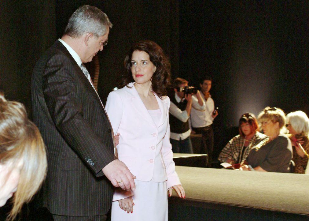 Inka (Stefanie Höner, r.) fühlt sich nicht ganz wohl dabei, als Friedrich (Wilhelm Manske, l.) sie bittet, Lauras Platz einzunehmen. - Bildquelle: Monika Schürle Sat.1