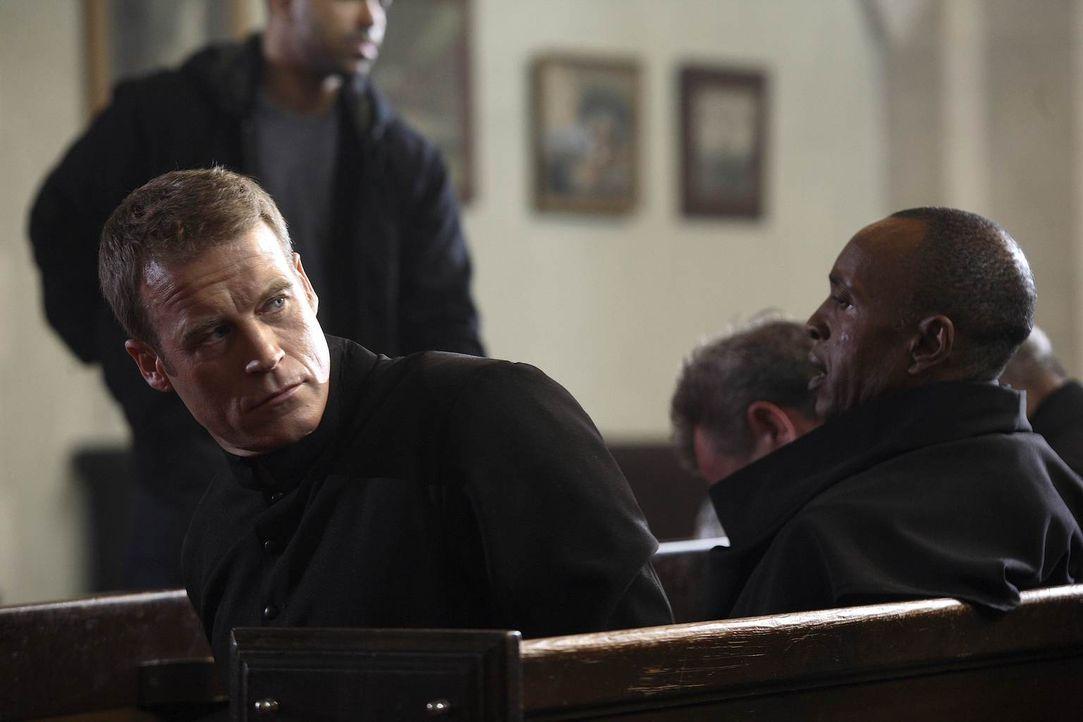 Chance (Mark Valley) schmuggelt sich als Bruder Mitchell in das Kloster hinein um John Gray zu beschützen - und der Frieden währt nicht lange ... - Bildquelle: Warner Brothers