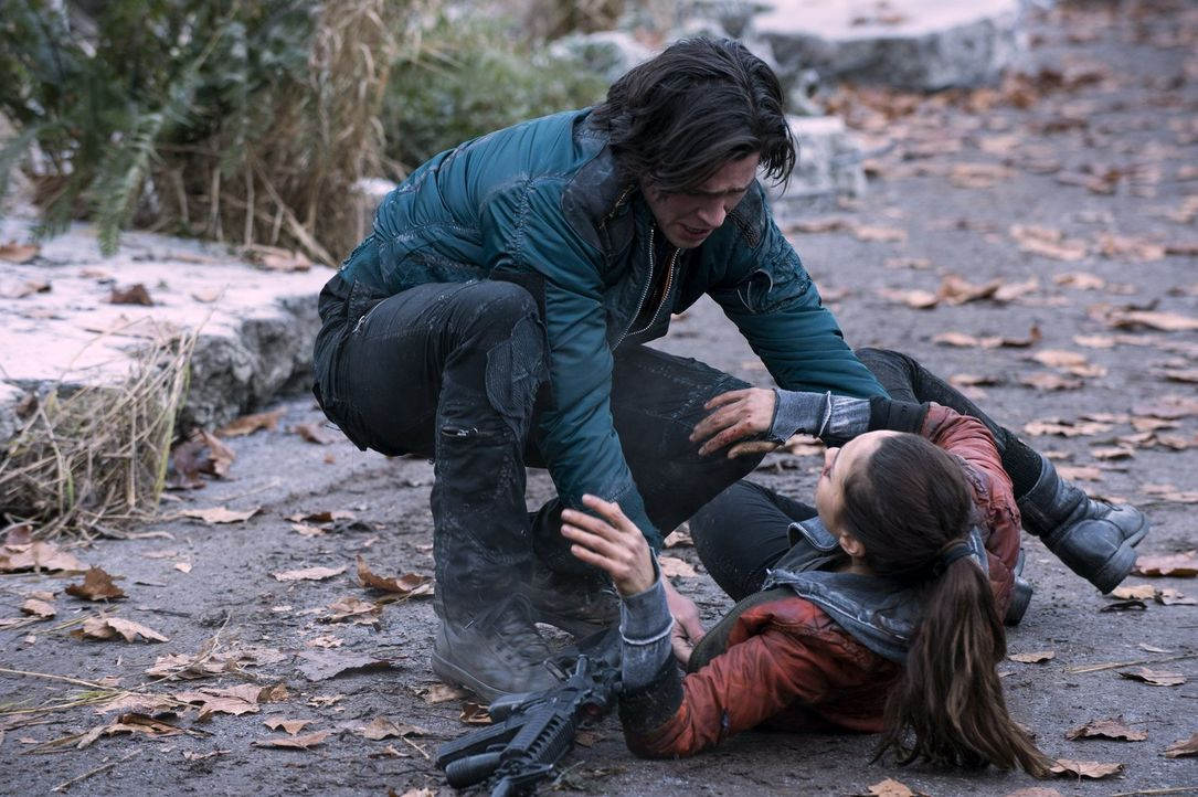 Raven (Lindsey Morgan, r.) will sich für die Gemeinschaft opfern, kann Finn (Thomas McDonell, l.) sie noch rechtzeitig retten? - Bildquelle: Warner Brothers