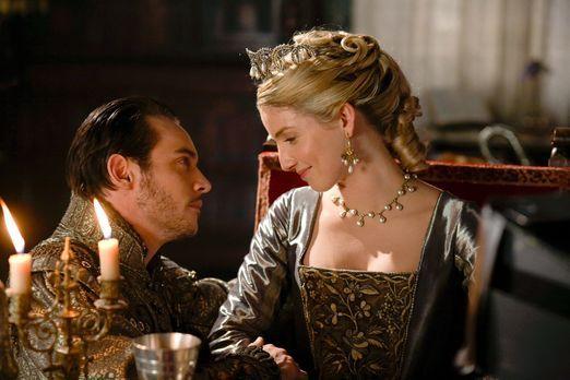 Die Tudors - Jane (Annabelle Wallis, r.) hat eine freudige Nachricht für Henr...