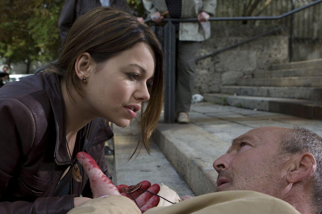Eines Tages erhält die Ex-Polizistin Johanna Bachmann (Cosma Shiva Hagen, l.)den Anruf eines ihr unbekannten Mannes, der behauptet, ihr Vater zu se... - Bildquelle: ProSieben