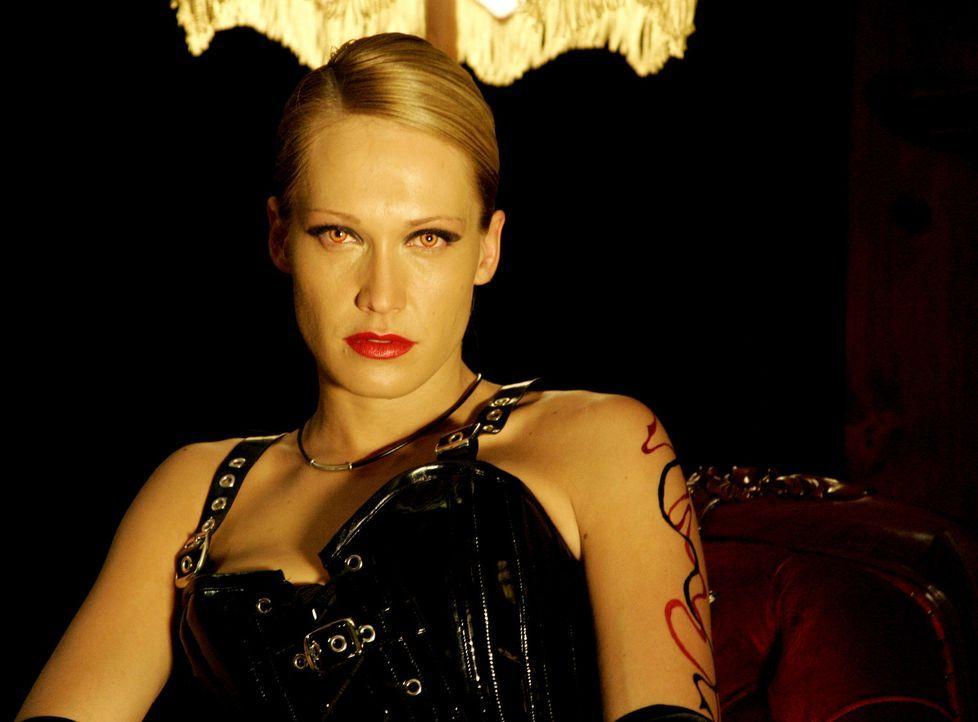 Lilith (Erika Heynatz) pflegt eine ziemlich heiße Verbindung zu den Dämonen der Finsternis ... - Bildquelle: 2007 HILT Productions Pty Limited. All Rights Reserved
