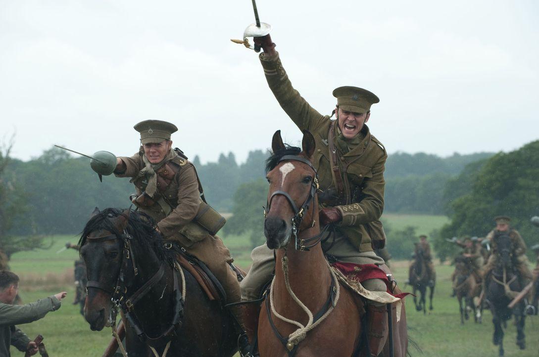 Im Ersten Weltkrieg: Als Alberts Vater Joey an Captain Nicholls (Tom Hiddleston, r.) verkauft, verspricht dieser dem Jungen, das Pferd nach dem Krie... - Bildquelle: Dreamworks II Distribution Co., LLC.  All Rights Reserved