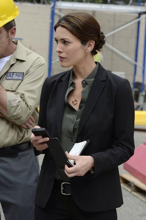 Sucht einen geldgierigen Mörder: Jo (Alana De La Garza) ... - Bildquelle: Warner Brothers