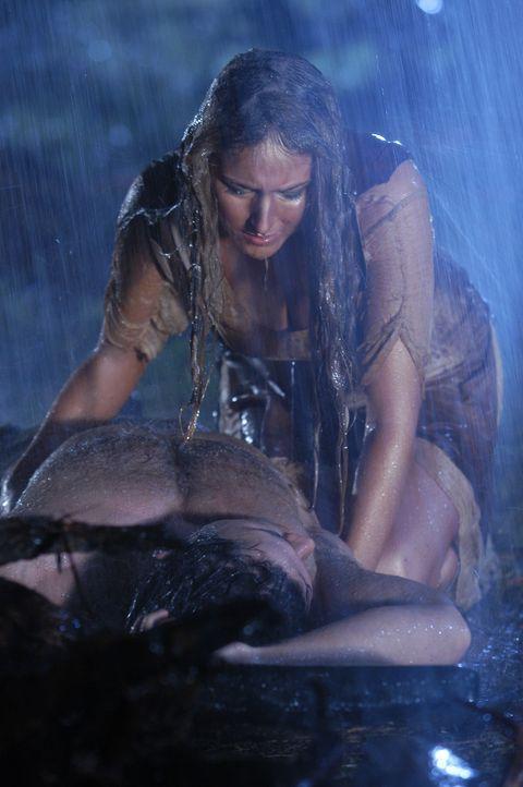 Als sich Deianeira (Leelee Sobieski, hinten) der Liebe Hercules' (Paul Telfer, liegend) nicht mehr sicher ist, versucht sie mit Hilfe des Geschenks... - Bildquelle: Ken George Hallmark Entertainment