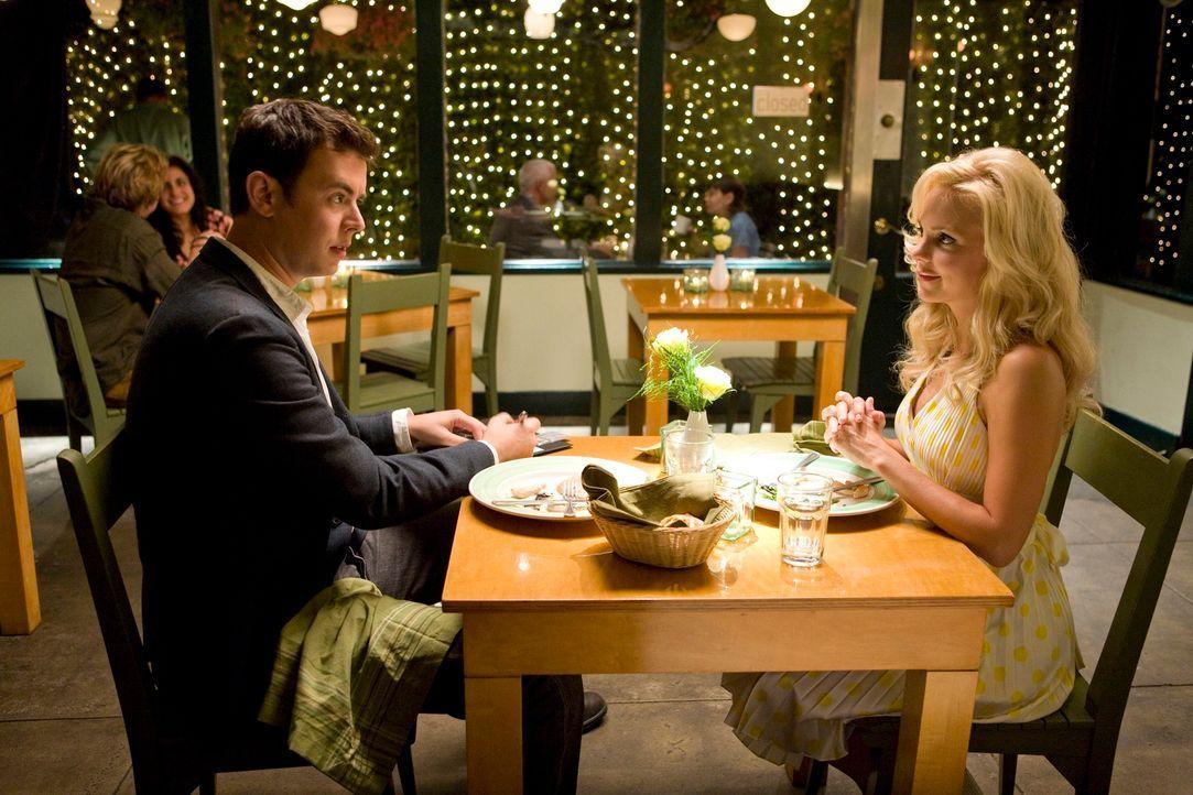 Als Oliver (Colin Hanks, l.) mit Shelley (Anna Faris, r.) ausgeht, scheint die junge Frau am Ziel ihrer Wünsche zu sein - doch der Abend endet für... - Bildquelle: 2007 Columbia Pictures Industries, Inc.  All Rights Reserved.