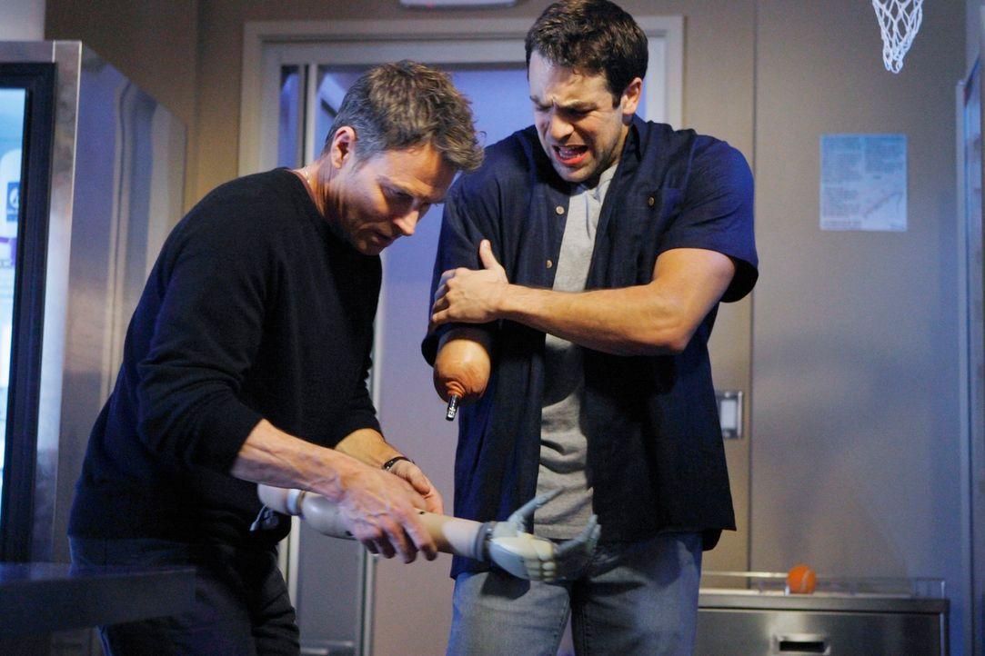 Die Ärzte betrachten fasziniert den neuen mechanischen Arm von Colin (Andy Comeau, r.). Alles scheint wunderbar zu funktionieren und die Reaktion de... - Bildquelle: ABC Studios