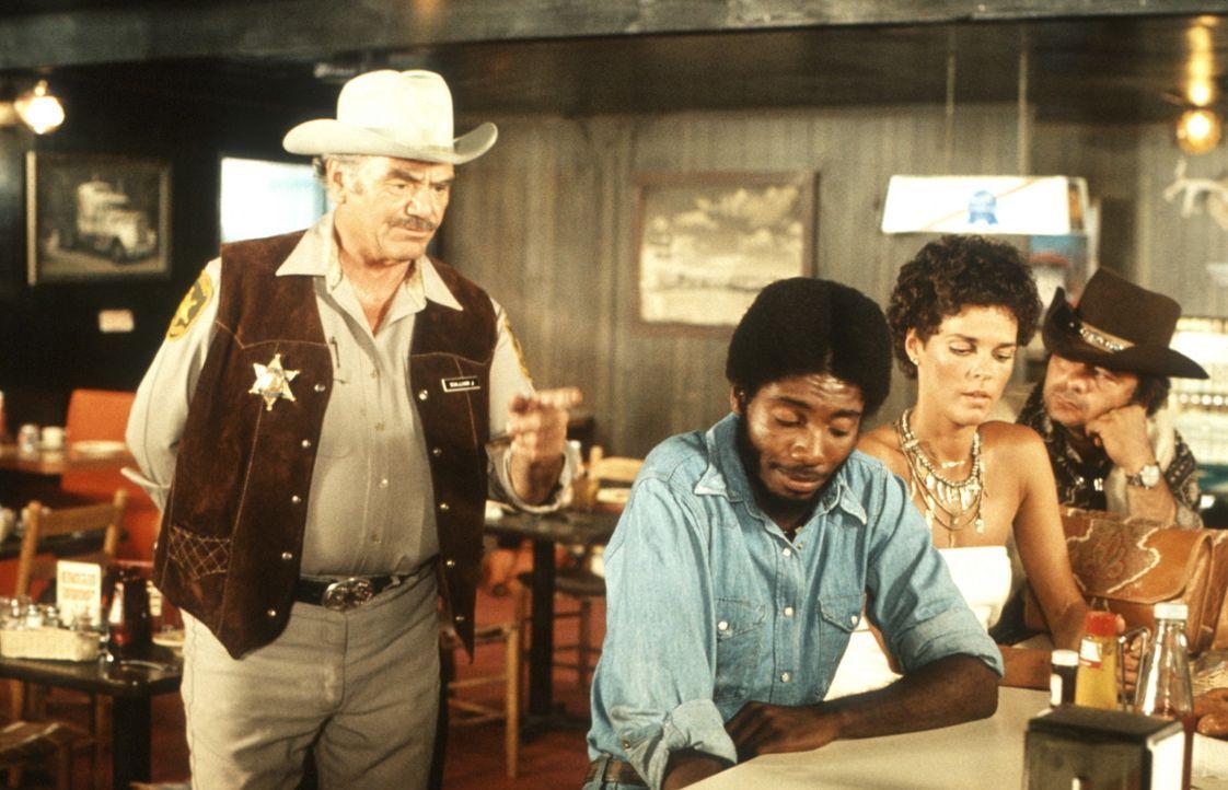 Der unsympathische und gemeine Sheriff Wallace (Ernest Borgnine, l.) schikaniert 'Spider Mike' (Franklin Alaye, 2.v.l.), Melissa (Ali MacGraw, 2.v.r... - Bildquelle: Neue Constantin Film