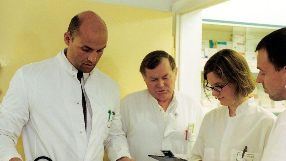 Im Krankenhaus Lichtenberg in Berlin ist Dr. med. Gardain, l. und sein Team ... - Bildquelle: SAT.1