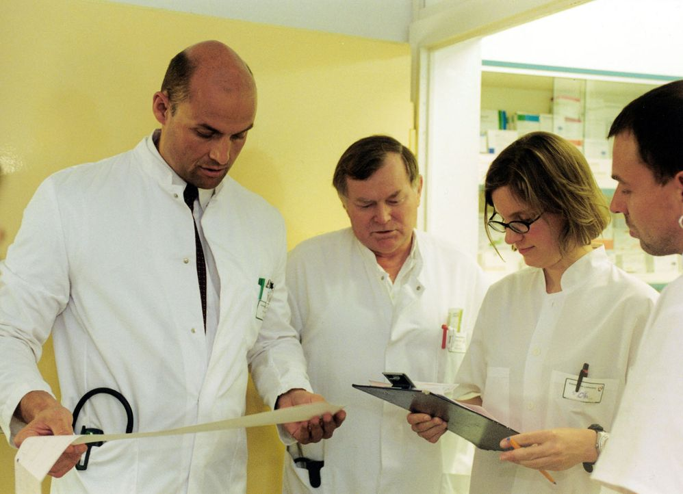 Im Krankenhaus Lichtenberg in Berlin ist Dr. med. Gardain, l. und sein Team im Dauereinsatz ... - Bildquelle: SAT.1