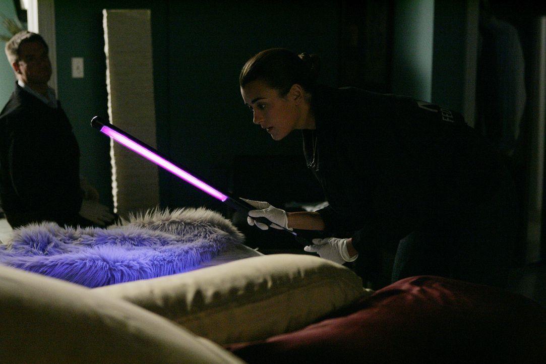 Ziva (Cote de Pablo, r.) gibt sich alle Mühe, Hinweise für einen Mord zu finden, doch Tony (Michael Weatherly, l.) hat wie immer einen blöden Spruch... - Bildquelle: CBS Television