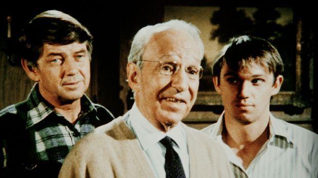 Der Bergwerkbesitzer Guthrie (Lloyd Nolan, M.) hat John (Ralph Waite, l.) und...