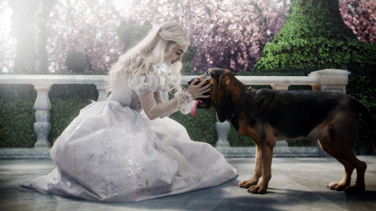 Der Hund Bayard eilt mit einer schlechten Nachricht zur Weißen Königin (Anne Hathaway, l.) ... - Bildquelle: Leah Gallo Disney Enterprises, Inc. All rights reserved